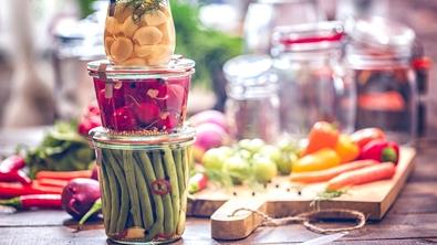 Plusieurs légumes en bocaux