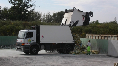 Un camion déverse des déchets