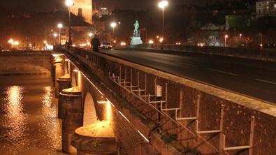 Un pont au dessus d'un fleuve