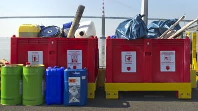 bennes remplies de déchets industriels