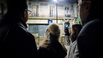 Des particuliers regardent un immeuble