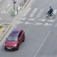 Une voiture sur une route et un vélo sur un passage piéton